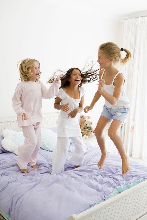 comment organiser une soir e pyjama anniversaires inoubliables. Black Bedroom Furniture Sets. Home Design Ideas