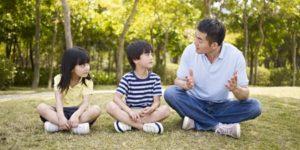 Adulte et enfants en conversation